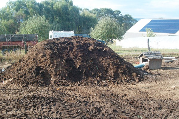 static-aerated-compost-pile-heats-up-without-turning